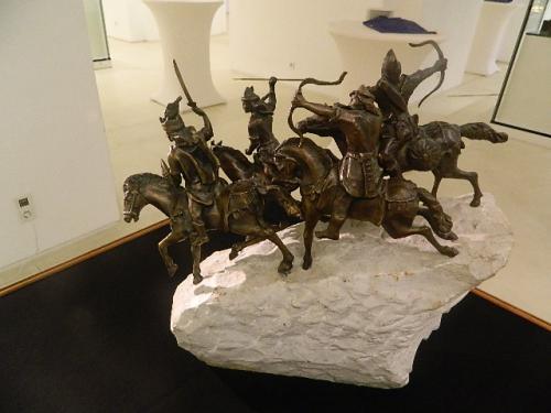 Megnyílt Tóbiás Klára szobrász- és tűzzománcművész kiállítása a Szegedi Dóm Látogatóközpontban